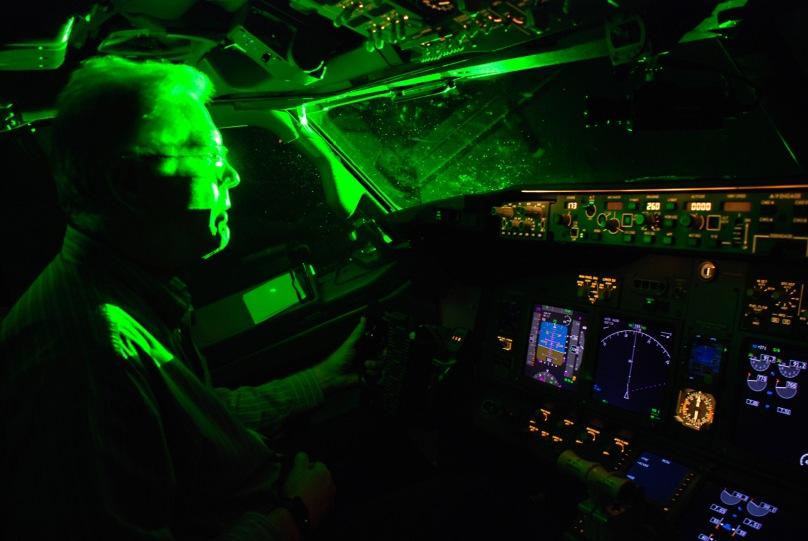 laser-pointer-airplanes